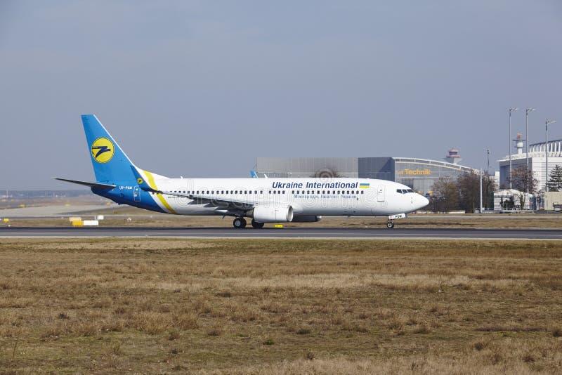 """Stijgt de Internationale Luchthaven †""""Ukraine International Airlines Boeing 737 van Frankfurt op stock afbeelding"""