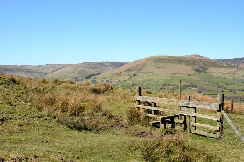Stijl voor leurders om over een omheining te beklimmen wanneer wandeling in het platteland stock afbeeldingen