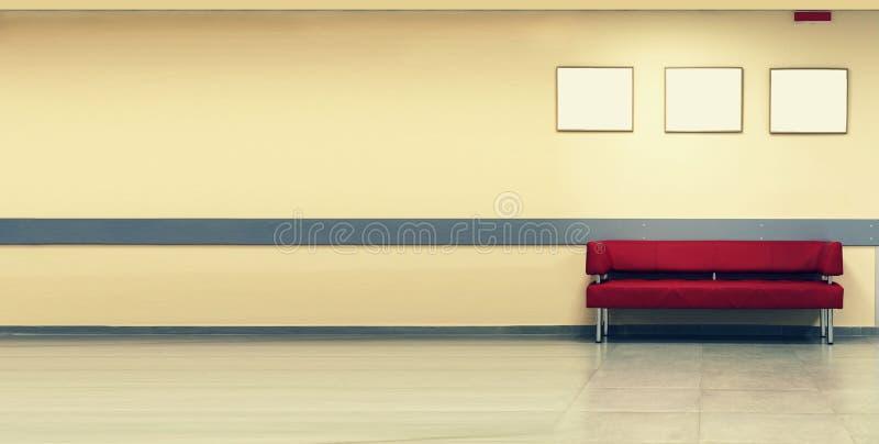 Stijlminimalism Rode Bank, binnenlands ontwerp, bureau Lege wachtkamer met een moderne rode bank voor de deur en empt drie royalty-vrije stock foto's