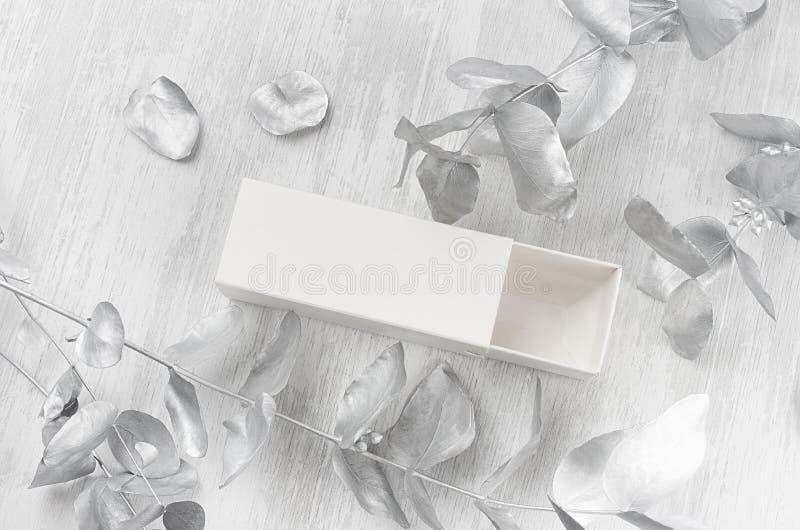 Stijlvol wit blanco, open papieren rechthoek cadeaudoos op houtplaat met zilveren tak bovenaanzicht, merkidentiteit royalty-vrije stock afbeeldingen