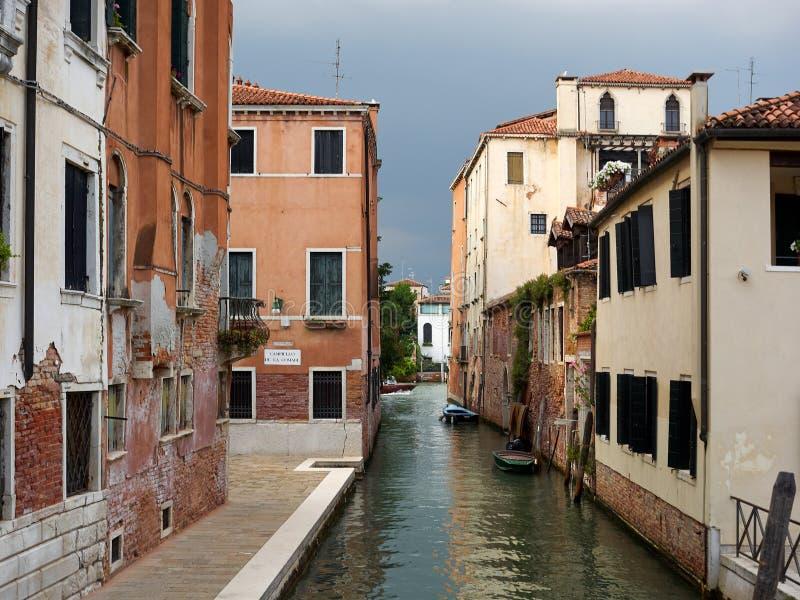 Stil achterkanaal met bezinningen, Venetië, Italië stock foto's