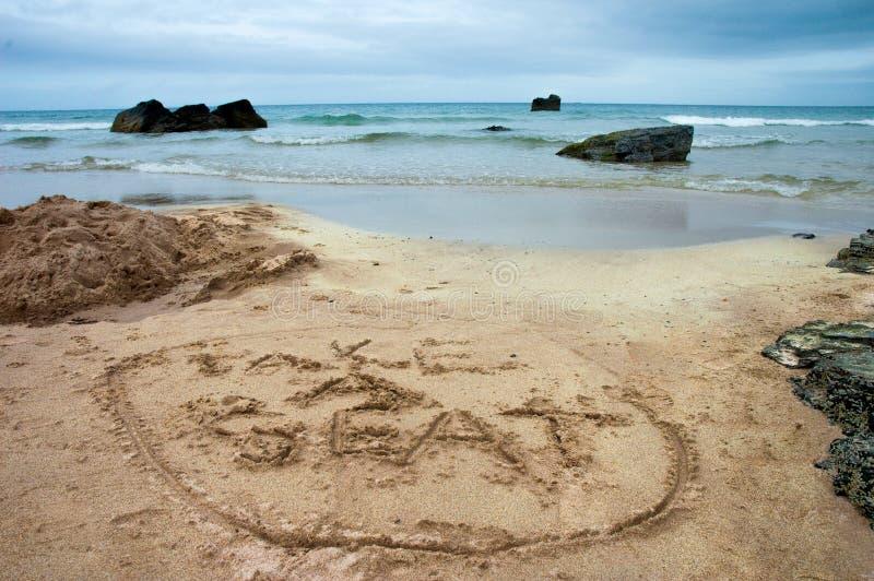 Stil de winterstrand met teken op het zand royalty-vrije stock foto