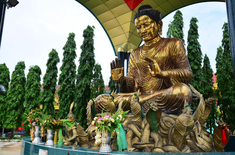 Stil för Burma för Buddhabildstaty av den Botataung pagoden arkivbilder