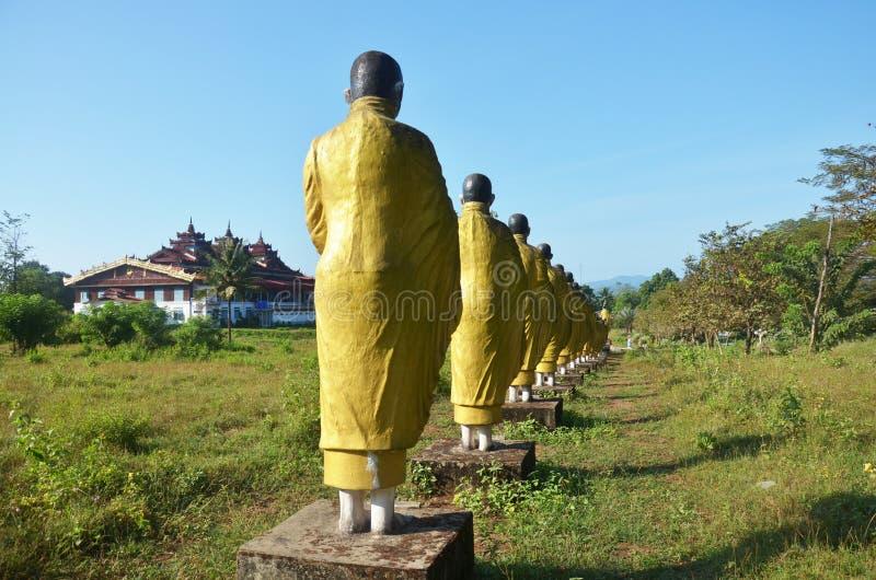 Stil för Burma för Buddhabildstaty på Tai Ta Ya Monastery arkivbilder