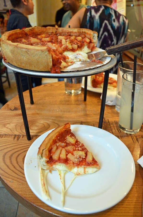 stil för chicago karottpizza arkivfoto