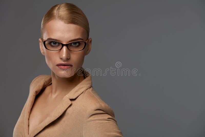 Stil för exponeringsglas för kvinna` s Härlig kvinna i optisk ram för mode royaltyfria bilder