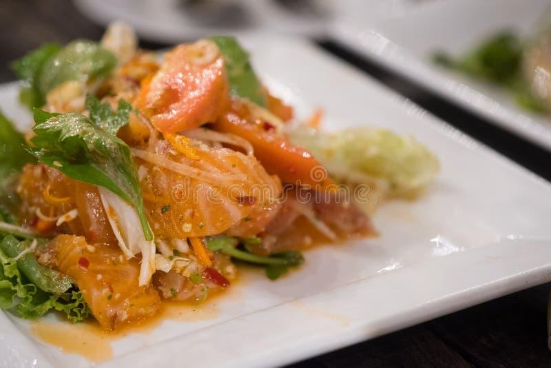 Stil för mat för kryddig laxsallad thailändsk arkivbild