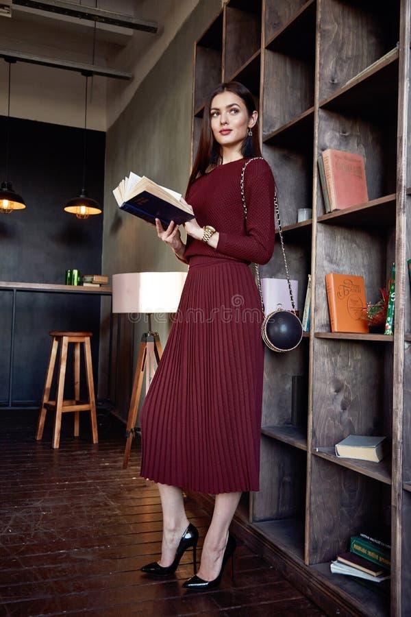 Stil för mode för frack för ull för kläder för kvinnaaffärsdam röd royaltyfri foto