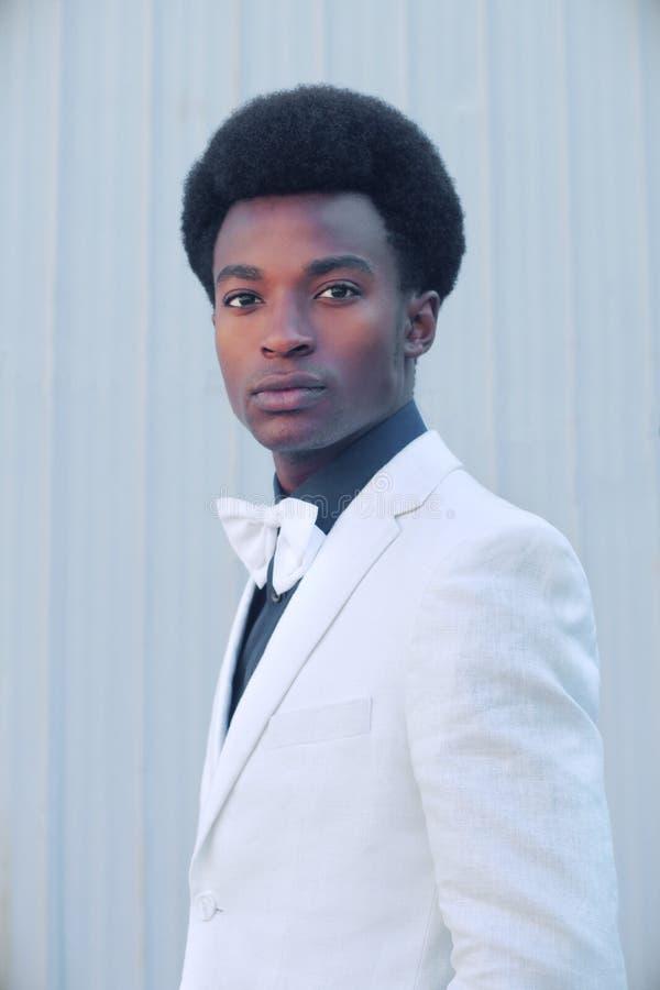 Stile alla moda d'uso del classico di eleganza del rivestimento del giovane del vestito bianco di cravatta a farfalla fotografie stock libere da diritti