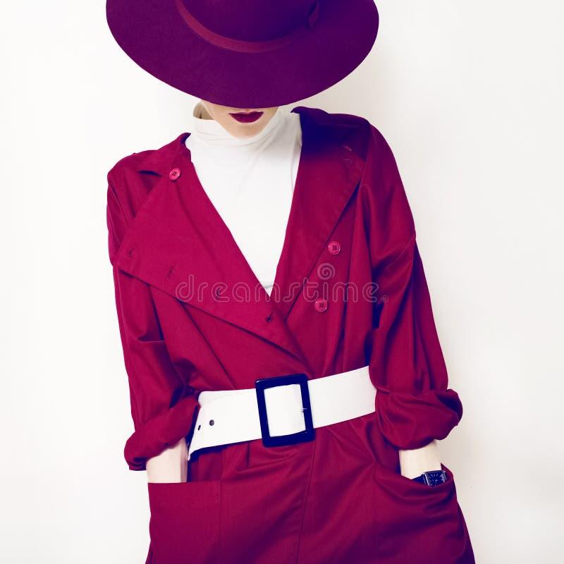 Stile alla moda di bella signora d'annata in un mantello ed in un cappello rossi fotografie stock