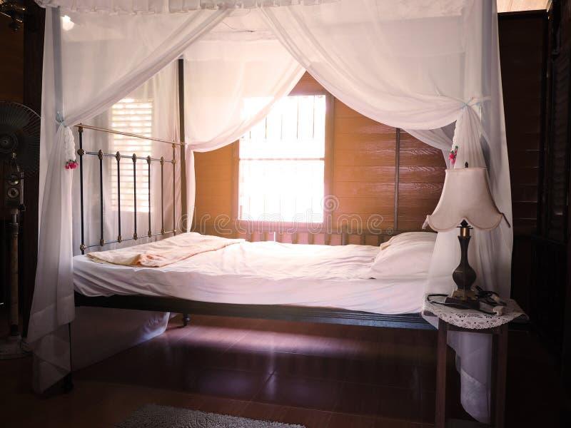 Stile d'annata della decorazione della camera da letto interna fotografia stock libera da diritti