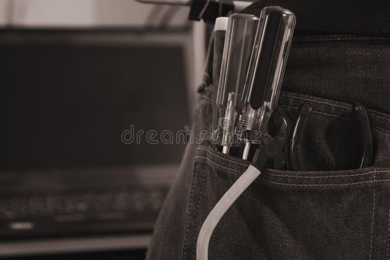 Stile d'annata di immagine Insieme degli attrezzi per bricolage dell'ingegnere in jeans, jeans di A con gli strumenti del costrut immagini stock libere da diritti