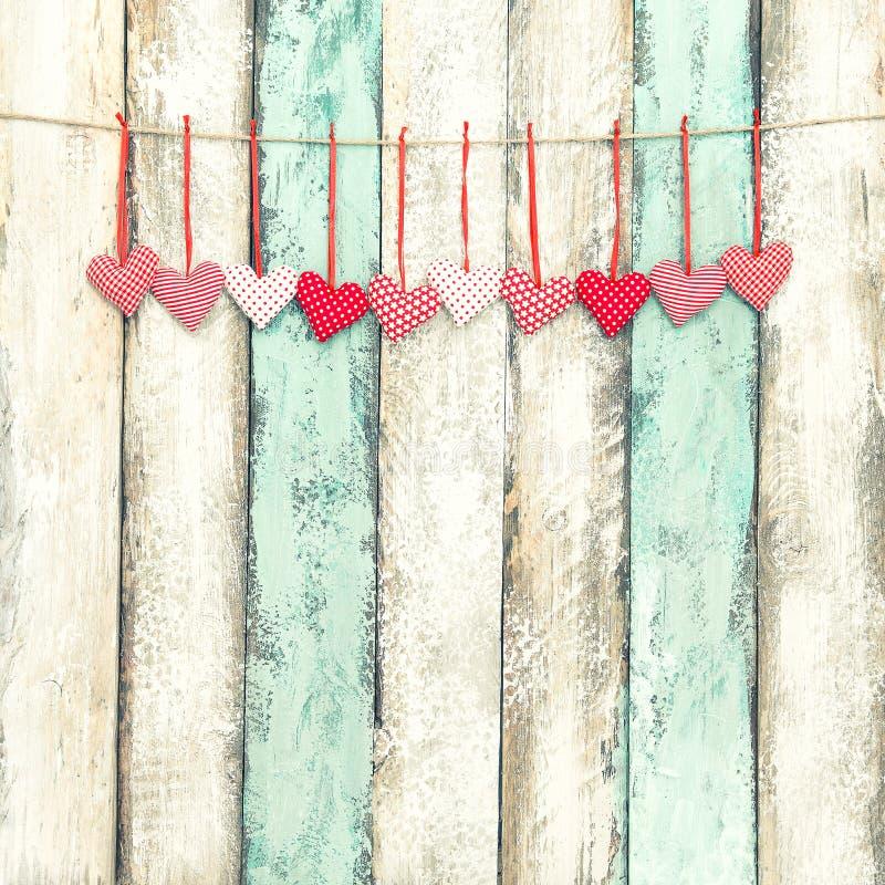 Stile d'attaccatura dell'annata di giorno di biglietti di S. Valentino della decorazione rossa dei cuori fotografie stock