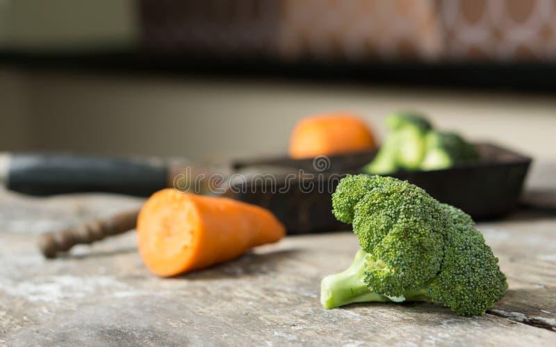 Stile dell'alimento dei broccoli sulla tavola di legno fotografia stock
