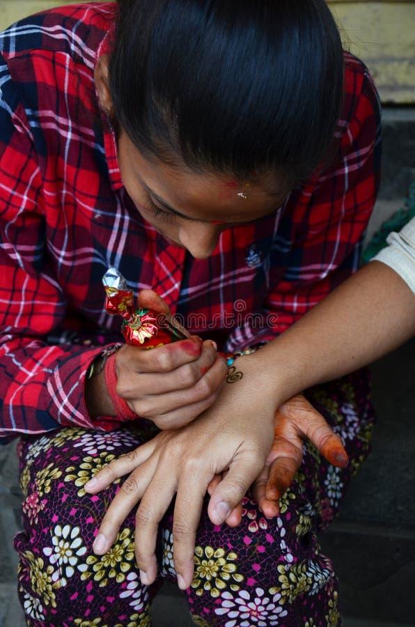 Stile dell'India del hennè o di Mehndi al Nepal immagini stock