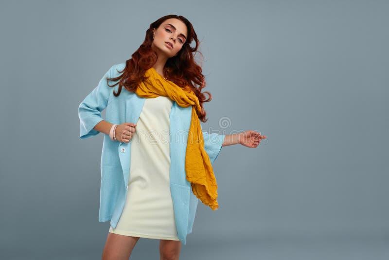 Stile della donna Bei vestiti di Girl In Fashionable del modello di moda fotografie stock