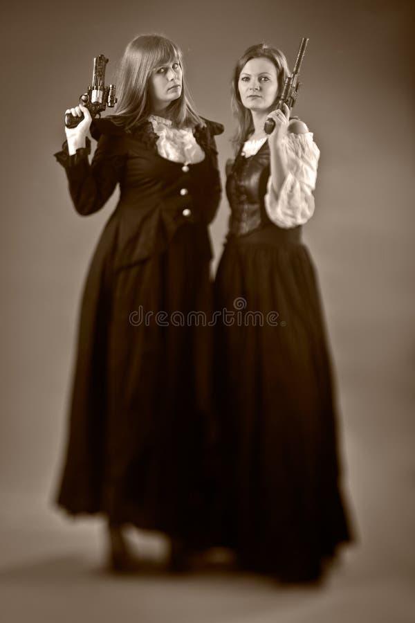Stile della pistola di due donne retro immagine stock libera da diritti