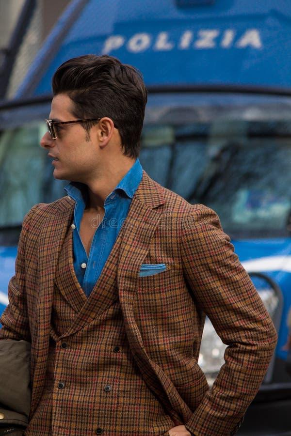Stile della via durante il Milan Fashion Week per la caduta/inverno 2015-16 immagini stock libere da diritti