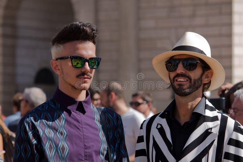 Stile della via durante il Milan Fashion Week per la primavera/l'estate 2014 fotografie stock