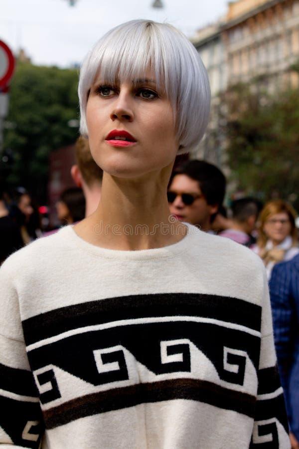 Stile della via durante il Milan Fashion Week per la primavera/l'estate 2015 immagine stock libera da diritti