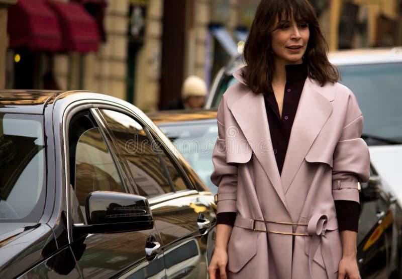 Stile della via: Milan Fashion Week Autumn /Winter 2015-16 fotografia stock libera da diritti