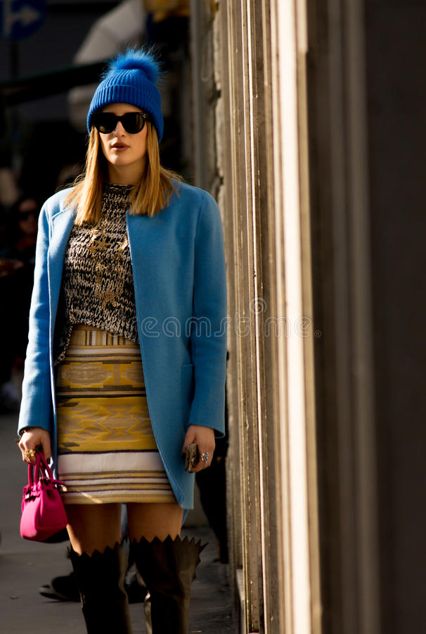 Stile della via: Milan Fashion Week Autumn /Winter 2015-16 immagine stock libera da diritti