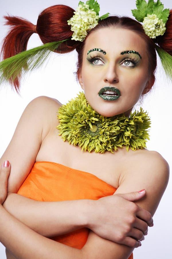 Stile di capelli con i fiori. fotografia stock libera da diritti