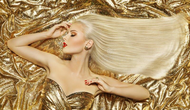 Stile di capelli di modo dell'oro, capelli lunghi dorati dell'acconciatura bionda della donna immagine stock libera da diritti