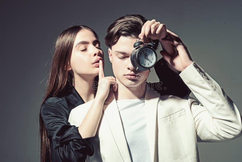 Stile di capelli e skincare Coppie di modo nell'amore Bellezza e modo Relazioni di amicizia Legami di famiglia Uomo e donna fotografia stock