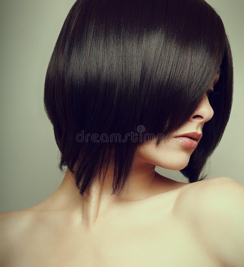 Stile di capelli nero di scarsità. Modello femminile sexy fotografia stock