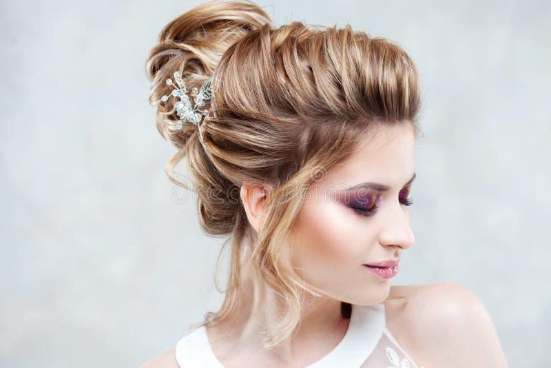 Stile di cerimonia nuziale Bella giovane sposa con l'acconciatura di lusso di nozze fotografie stock