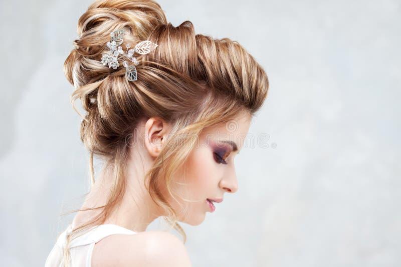Stile di cerimonia nuziale Bella giovane sposa con l'acconciatura di lusso di nozze fotografia stock libera da diritti