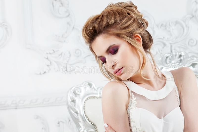 Stile di cerimonia nuziale Bella giovane sposa con l'acconciatura di lusso di nozze immagini stock
