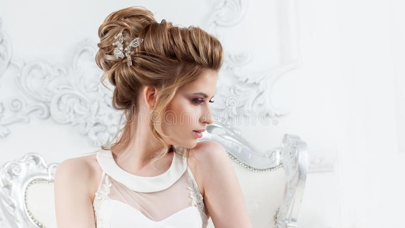 Stile di cerimonia nuziale Bella giovane sposa con l'acconciatura di lusso di nozze immagini stock libere da diritti