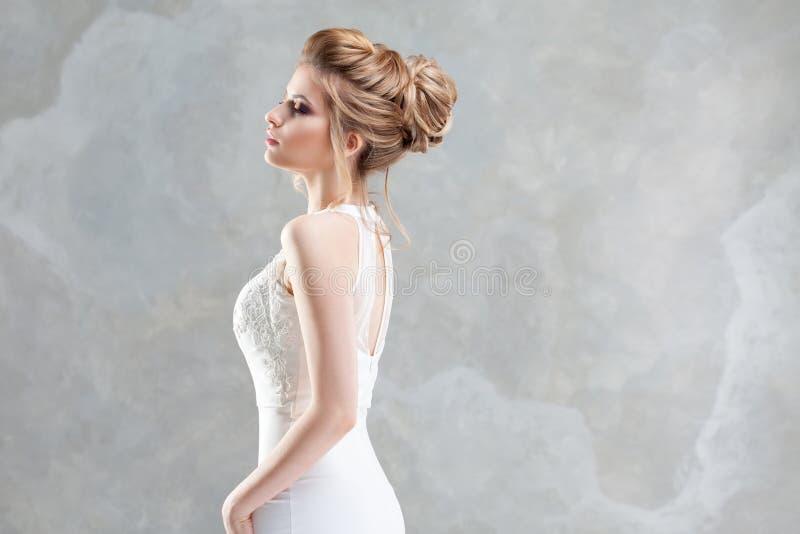 Stile di cerimonia nuziale Bella giovane sposa con l'acconciatura di lusso di nozze fotografia stock