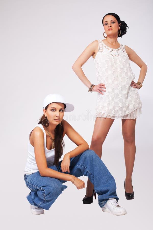 Stile di hip-hop delle due giovane donne di bellezza fotografia stock
