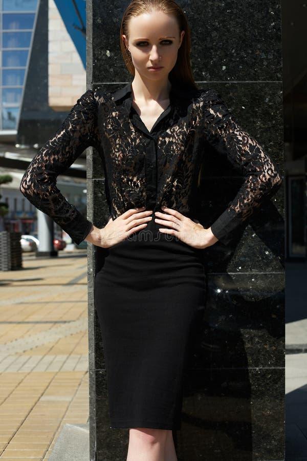 Stile di modo della via. Bello modello in camicia elegante & gonna del pizzo fotografie stock libere da diritti
