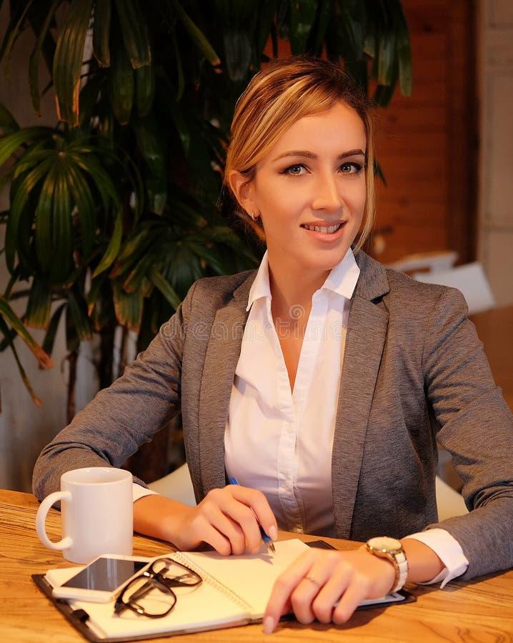 Stile di vita, affare e concetto della gente: Donna di affari che firma un contratto fotografie stock libere da diritti