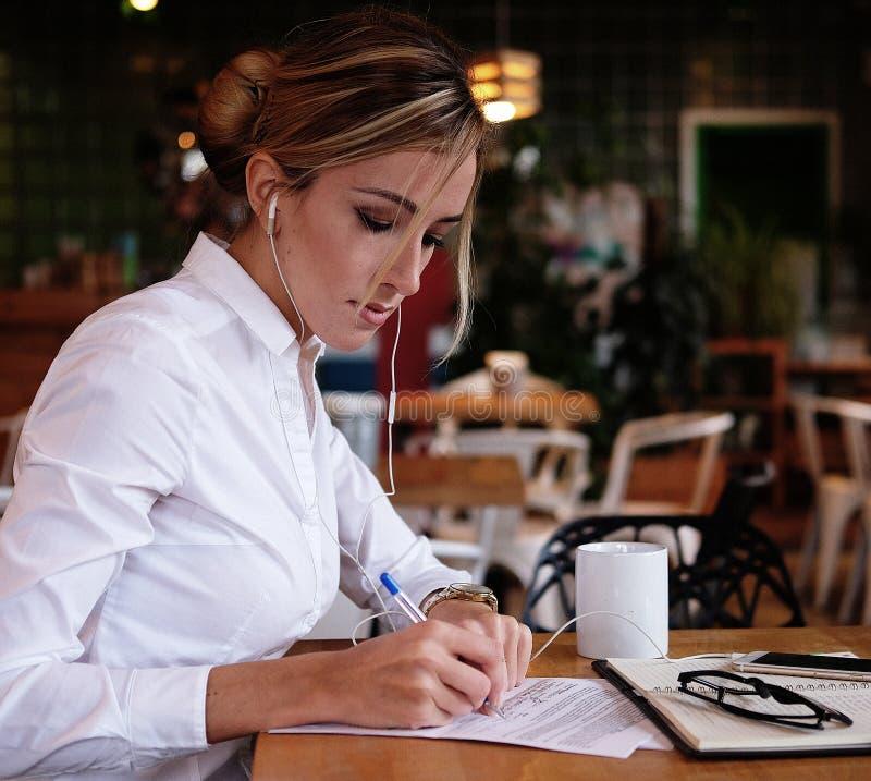 Stile di vita, affare e concetto della gente: Donna di affari che firma un contratto fotografia stock libera da diritti