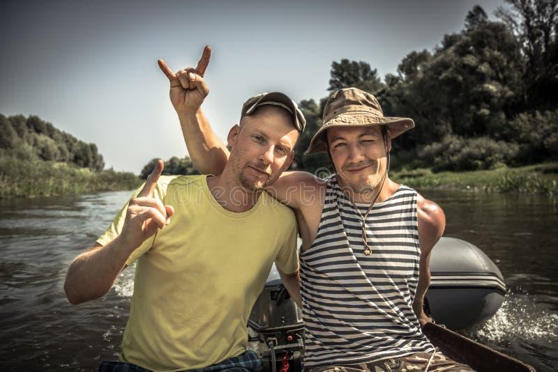 Stile di vita allegro fedele degli amici degli uomini che simbolizza forte amicizia maschio durante le vacanze in campeggio fotografia stock libera da diritti