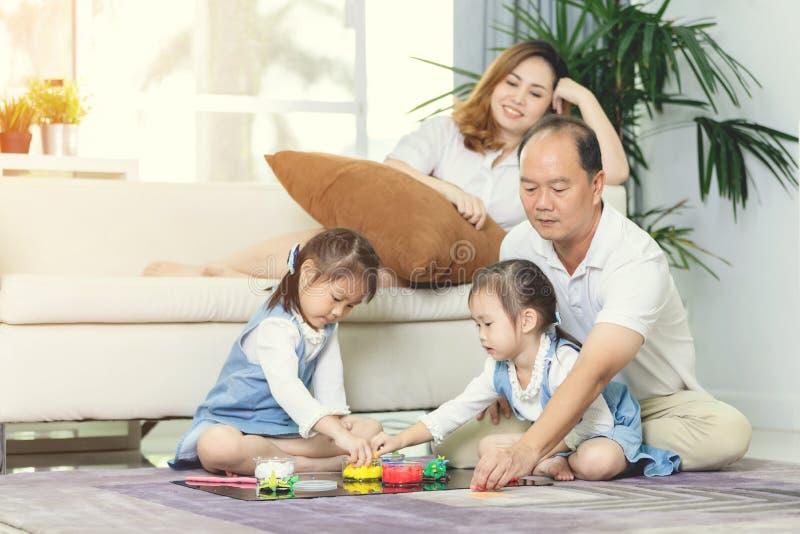 Stile di vita asiatico felice della famiglia a casa fotografia stock