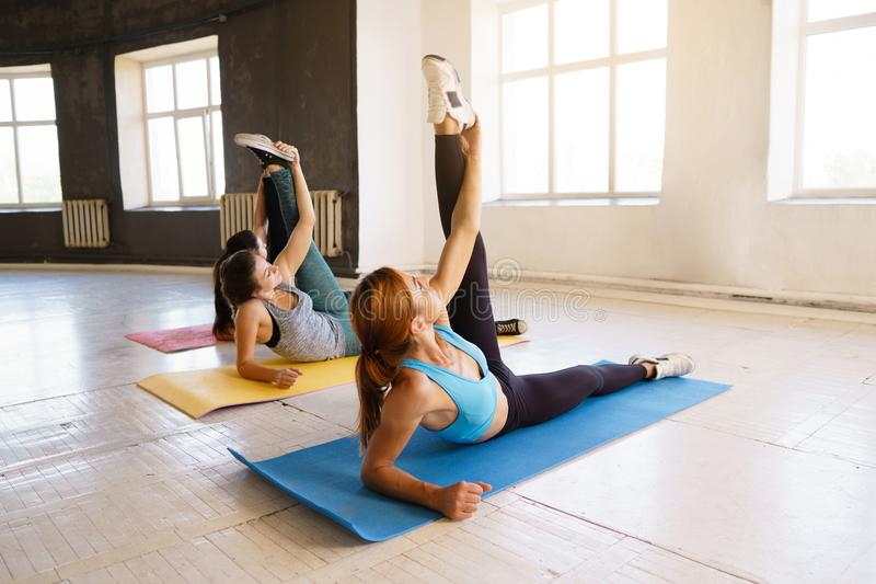 Stile di vita attivo, istruttore di yoga, flessibilità, sport, forma fisica Spo immagini stock