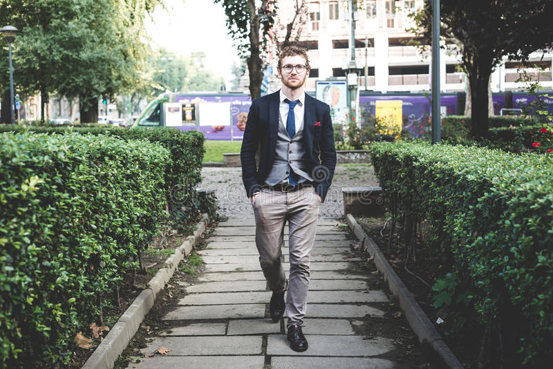 Stile di vita attraente elegante dell'uomo dei pantaloni a vita bassa di modo immagini stock libere da diritti