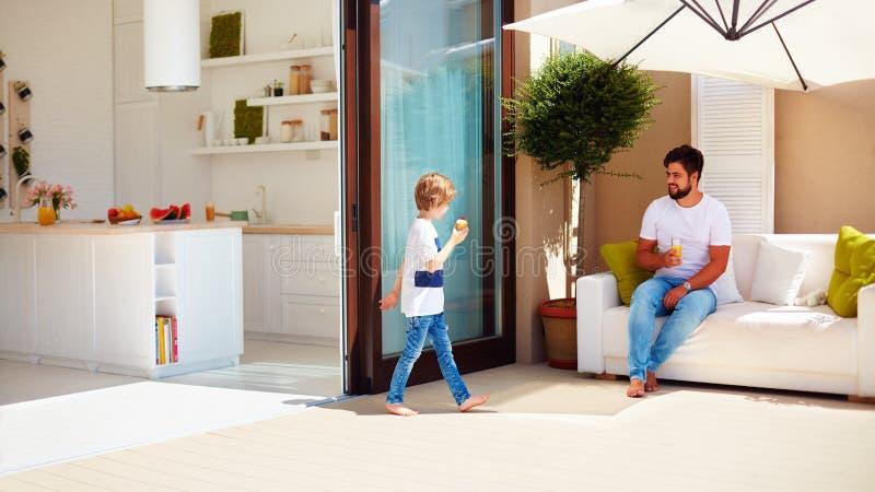 Stile di vita della famiglia sul patio di estate, cucina dello spazio aperto immagine stock libera da diritti