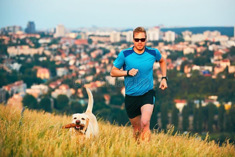 Stile di vita di sport con il cane fotografia stock