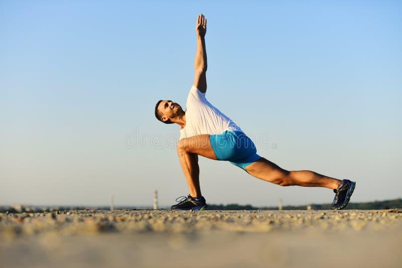 Stile di vita e concetto sani di sport Uomo con la figura allegra fotografie stock libere da diritti