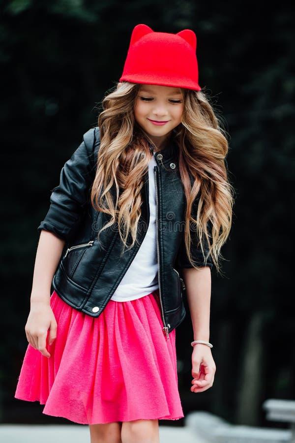 Stile di vita, estate e concetto di infanzia - giovane donna, adolescente ritratto della bambina alla moda fotografie stock libere da diritti