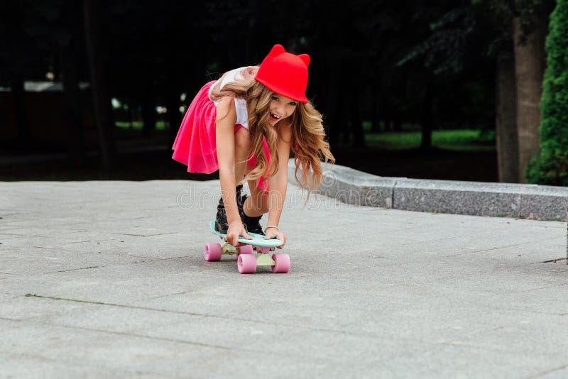 Stile di vita, estate e concetto di infanzia - giovane donna, adolescente ritratto della bambina alla moda fotografia stock libera da diritti