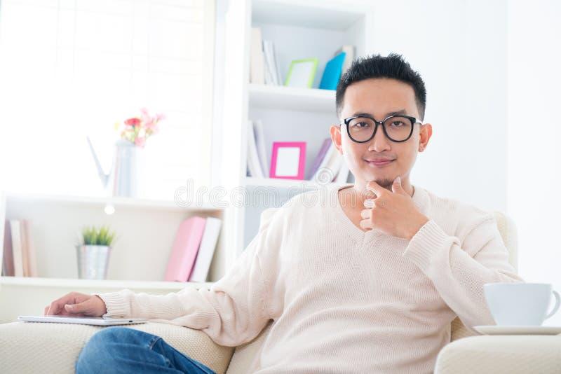 Stile di vita maschio asiatico sudorientale immagini stock libere da diritti