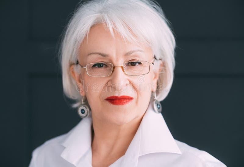 Stile di vita moderno senior di anzianità della donna di affari fotografie stock